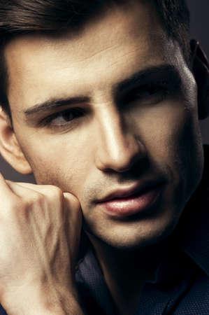 cerrar: Retrato de hombre joven y guapo, chico sexy mirando a la c?mara Foto de archivo