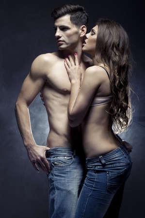 nackter junge: Sch�ne junge l�chelnde Paar in der Liebe umarmen Innen