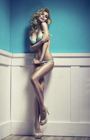 piernas sexys: Disparar sexy de moda de mujer sexy en ropa interior