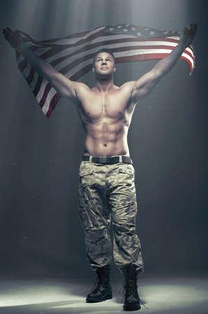 männer nackt: Gut aussehende Männer mit Fahne in Rauch Lizenzfreie Bilder