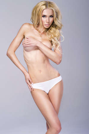 seins nus: Photo de la belle femme aux seins nus en culotte Banque d'images