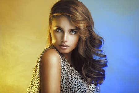 Bellezza Donna con capelli ricci Archivio Fotografico - 21704900