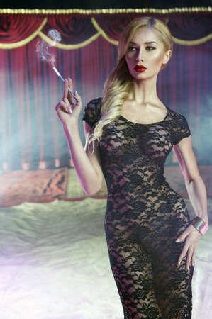 Sexy giovane donna con sigaretta Archivio Fotografico - 21746683