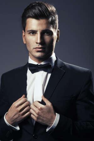 black tie: Primer plano el retrato de un hombre joven y guapo con la pajarita Foto de archivo