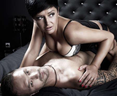 sexo pareja joven: Pareja joven sexy en una cama