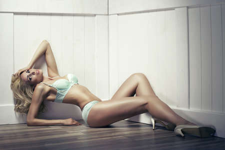 piernas sexys: Belleza mujer joven seductor en lencería sexy