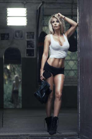 woman fitness: Sexy femme blonde posant en salle de boxe