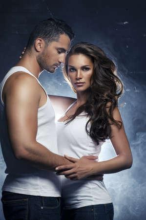 sexo pareja joven: Hermosa joven pareja sonriente en el amor que abraza interior