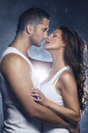 Mooie jonge lachende paar in liefde omarmen kussen