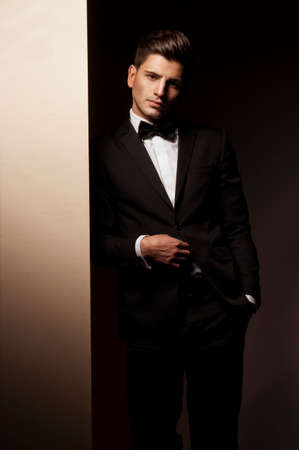 Sexy jonge man in pak