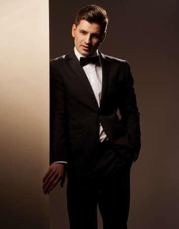 비즈니스맨: 정장을 입고 섹시한 젊은 남자