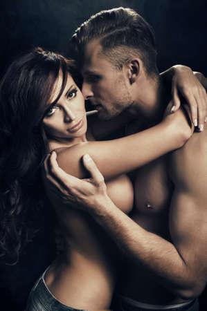 giovane nuda: Coppia di passione