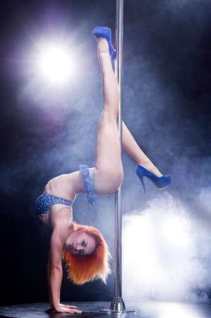 Donna di giovani sexy pole dance. Archivio Fotografico - 24435546