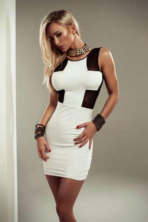白いドレスでセクシーなブロンド女性