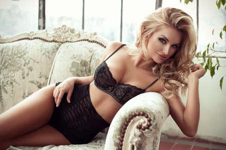 naked young women: Сексуальная улыбается женщина расслабляющий в постели закрыла грудь.