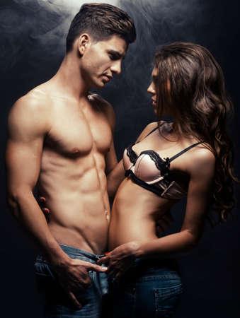 homme nu: Belle jeune couple souriant dans l'amour embrassant int�rieur