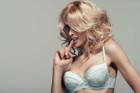 ランジェリーのセクシーな若い女性のファッションのセクシーな撮影