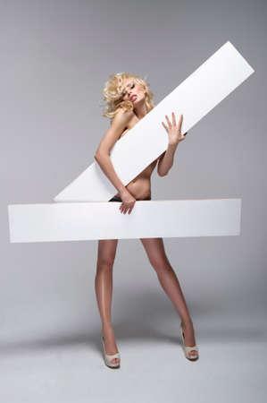 ragazza nuda: Bella giovane donna che tiene scheda bianca vuota