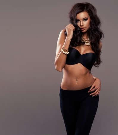mujer sexy: Foto de la mujer hermosa sensual mirando a la cámara, posando en sujetador negro Foto de archivo