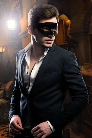 bel homme: Bel homme dans le masque