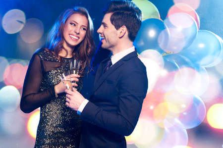 suit: Sonriente pareja con copas de champán