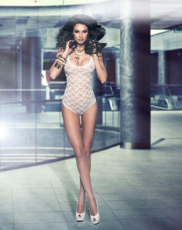 Sexy mujer morena posando en ropa interior
