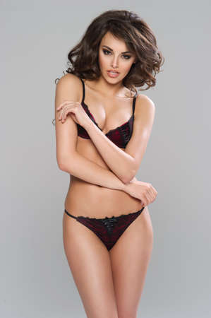 donne brune: Sexy donna dai capelli scuri in posa in lingerie nera