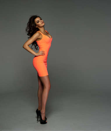 mujer sexy: Mujer atractiva en vestido sobre fondo verde