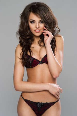 Sexy donkere haired vrouw poseren in zwarte lingerie Stockfoto