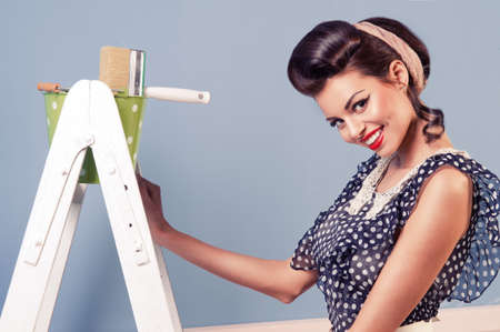 pin up vintage: Bellezza pinup ragazza con attrezzature per la verniciatura