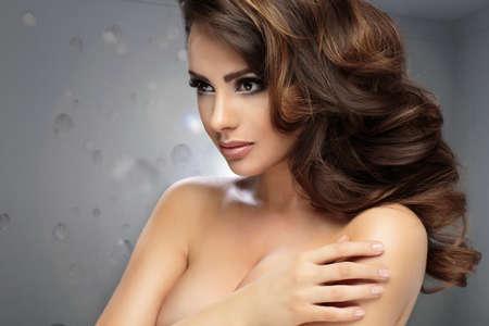 caras emociones: Retrato de una belleza femenina perfecta