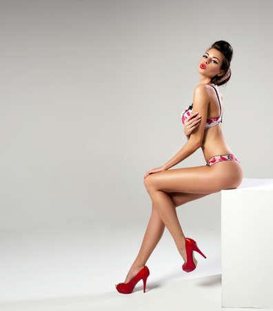 busty: Moda mujer sexy con las piernas largas posando