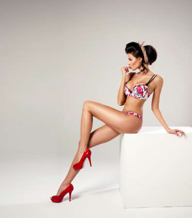 ファッション長い脚ポーズでセクシーな女性 写真素材