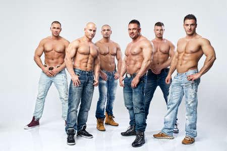 hombre desnudo: Grupo de seis musculoso sexy joven descubierto mojado que presentan el hombre guapo