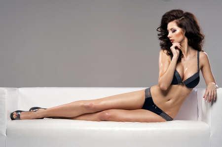 donne brune: Bella affascinante giovane donna in lingerie sexy