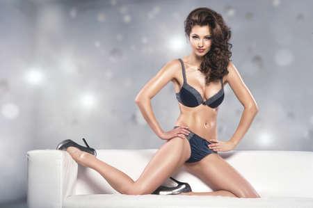 chica sexy: Joven y bella mujer seductora en ropa interior sexy
