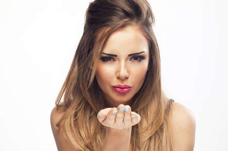 hot breast: Портрет красивая женщина, она посылает воздушный поцелуй