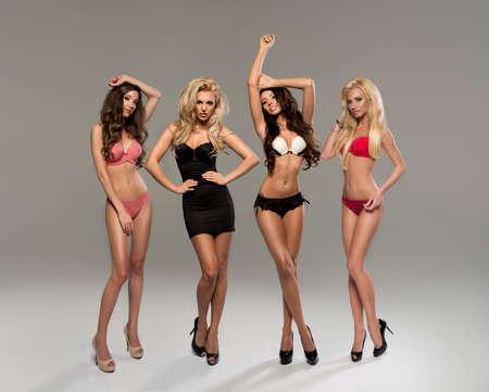 mooie vrouwen in volle groei poseren voor de kamer in lingerie Stockfoto