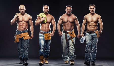 m�nner nackt: Gruppe von jungen gut aussehend Builder posiert, auf dunklem Hintergrund