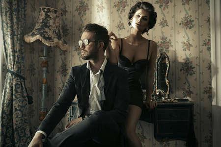 parejas sensuales: Moda foto al estilo de una pareja joven y atractiva