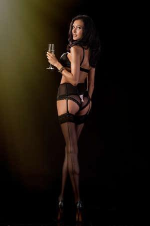 flauta: Morena linda celebra en traje de noche