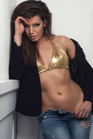 big boobs: mujer morena hermosa dama en ropa interior de la ropa interior y los pantalones vaqueros, mirando a la cámara