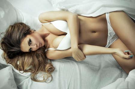 Nude blonde woman: Se�ora bonita que goza de tiempo libre en su cama
