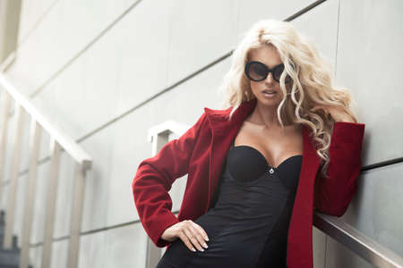 Sexy woman with sunglasses in city Banque d'images