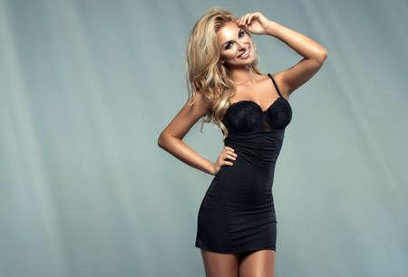 sensuales: Mujer sensual joven rubia de moda en ropa interior negro Foto de archivo