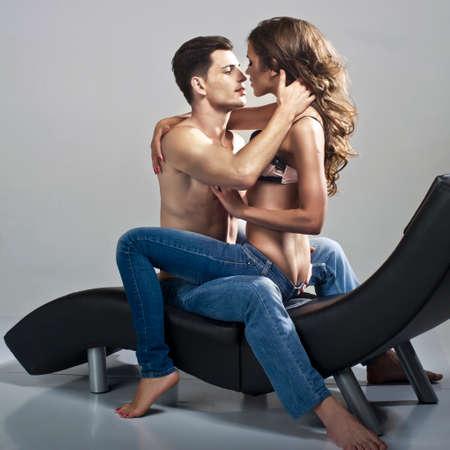 sexo pareja joven: Hombre atractivo y mujer Foto de archivo