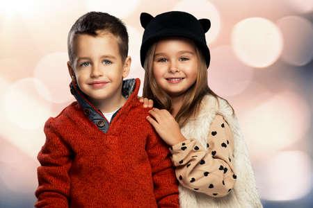 petit bonhomme: Un portrait d'une jeune fille en riant et un garçon souriant. style de l'automne