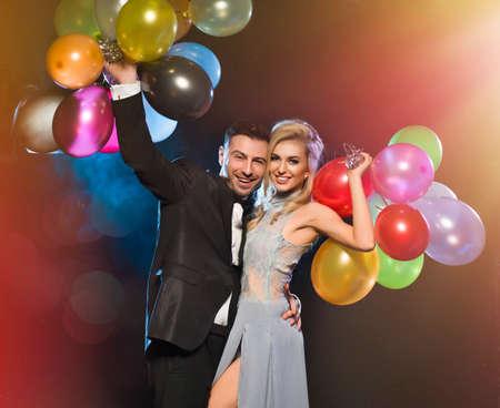 新しい年の前夜パーティーに愛のカップルの笑顔