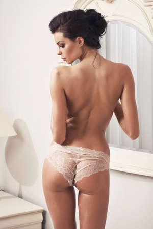 Красивая обнаженная сексуальная женщина в ванной
