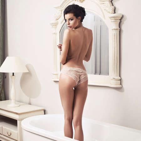 mujer desnuda de espalda: Hermosa mujer sexy desnuda en el ba�o Foto de archivo
